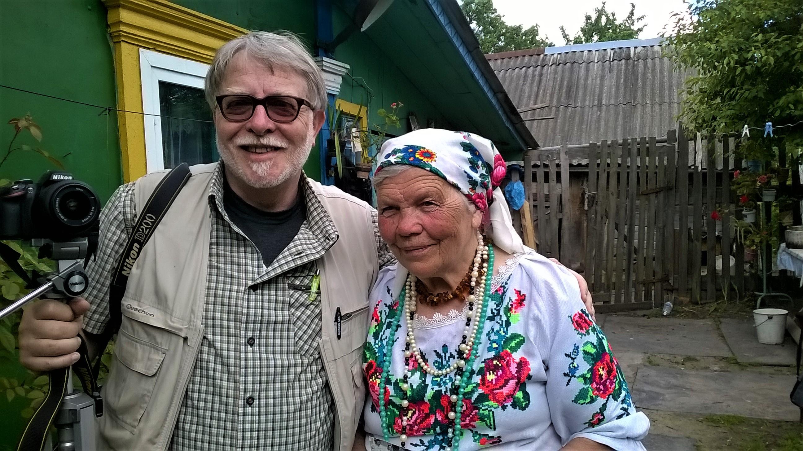 Livio Senigalliesi con la signora Katarina Panchenja, nel villaggio di Pagost in Bielorussia